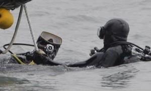 Thợ lặn Hàn Quốc vật lộn với cửa kính phà Sewol