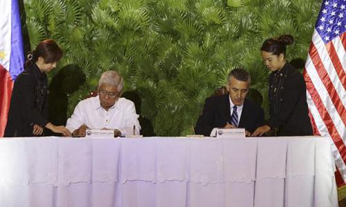 Bộ trưởng Quốc phòng Philippines Voltaire Gazmin (trái)