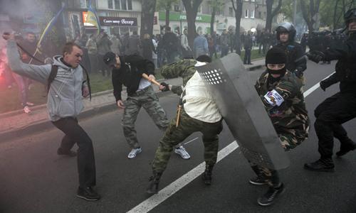 Người biểu tình ủng hộ Nga và ủng hộ Ukraine đụng độ ở thành phố Donetsk hôm qua. Ảnh: Reuters.
