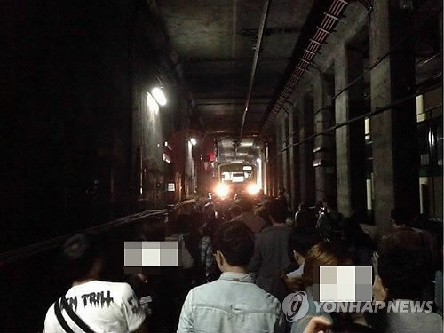 Khi xảy ra tai nạn, vì không có thông báo, hành khách vô cùng hoảng sợ và những người đi tàu phía sau đã tự động phá cửa và chạy ra ngoài.