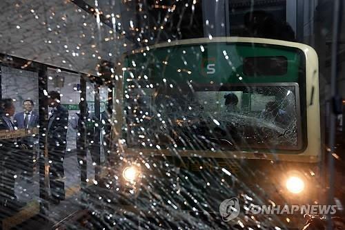 Theo Yonhap News, tai nạn tàu điện ngầm tại Hàn Quốc chiều ngày 2/5 đã khiến 238 người bị thương. Trong đó, có ít nhất 2 người bị thương nặng do đầu bị va đập (1 phụ nữ 80 tuổi và nam 51 tuổi) , 1  nhân viên điều khiển tàu bị gãy xương vai. Khoảng  162 người chỉ bị thương nhẹ và được xuất viện ngay. Số còn lại là 76 người vẫn đang nằm viện điều trị.   Lúc đó, có ít nhất 1000 người trên tàu.