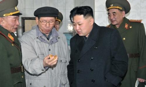Ông Hwang Pyong-so (thứ 2 bên trái) đứng cạnh chủ tịch Triều Tiên Kim Jong-un và các quan chức quân đội khác. Ảnh: KCNA