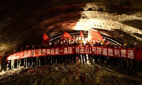 Công nhân chụp ảnh bên trong đường hầm sau khi nó được khai thông. Ảnh: Xinhua.