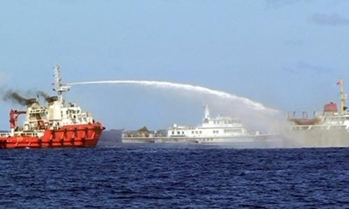 tàu Trung Quốc (trái) phun vòi rồng vào tàu kiểm ngư Việt Nam. Ảnh: AP.