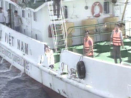 Tàu kiểm ngư của Việt Nam bị sau khi bị tàu Trung Quốc đâm.
