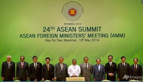 Các ngoại trưởng ASEAN và Tổng thư ký ASEAN Lê Lương Minh (ngoài cùng bên phải) tại hội nghị ở Naypyidaw, Myanmar, hôm nay. Ảnh: AP