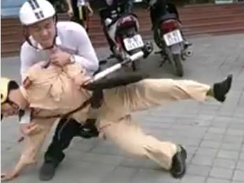 Cảnh sát giao thông bị quật ngã, hành hung trên phố