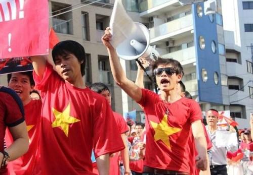 Tham gia cuộc tuần hành không chỉ có người Việt Nam mà còn có không ít người Nhật Bản. Những người này nán lại chứng kiến, thậm chí đi theo đoàn để bày tỏ sự ủng hộ.