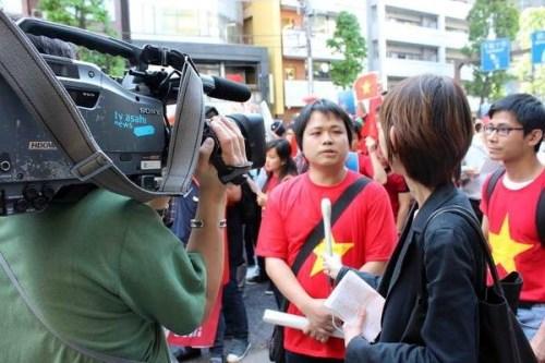 Các đài truyền hình Nhật Bản như NHK, ANN và báo chí nước này đặc biệt quan tâm đến sự kiện. Nhiều người biểu tình được phỏng vấn, tin tức về vu việc được cập nhật thường xuyên tại Nhật Bản.