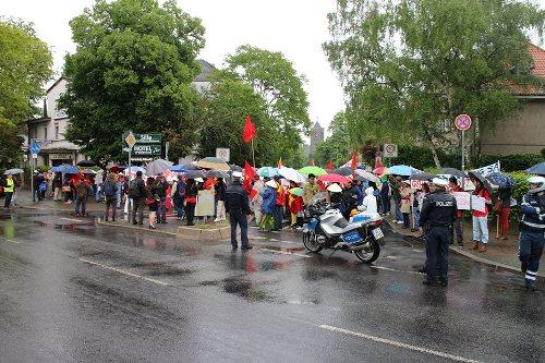 Bất chấp thời tiết mưa lạnh, rất đông người Việt vẫn cầm ô, mặc áo mưa, đến bày tỏ sự phản đối hành động của Trung Quốc.