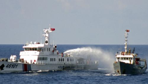 Tàu Trung Quốc phun vòi rồng tấn công tàu cảnh sát biển Việt Nam tại vùng biển gần giàn khoan trái phép Hải Dương - 981. Ảnh: Reuters