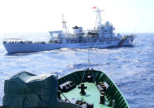 Tàu Trung Quốc chặn ngang mũi tàu của cảnh sát biển Việt Nam 8003. Ảnh: Nguyễn Đông.