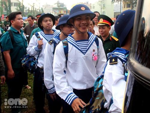 Sau phút chia tay lưu luyến, các bạn trẻ hăng hái lên đường gia nhập quân đội.