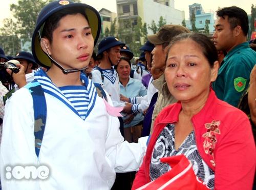 """Hai mẹ con tân binh Nguyễn Trần Quang và bà Trần Thị Tuyết (quận 3) cố ngăn những giọt nước mắt trong giờ chia tay trước khi cậu lên đường gia nhập Lữ đoàn Hải quân 957. """"Con sẽ cố gắng hoàn thành nhiệm vụ và trở về với gia đình"""", Quang an ủi mẹ"""