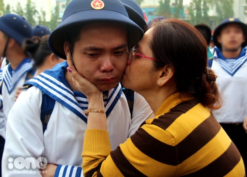 Bác Quang Thị Ngọc Nga (55 tuổi) hôn tạm biệt con trai Hồ Quang Phúc (22 tuổi) và chúc con hoàn thành tốt nhiệm vụ.
