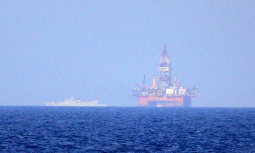 Giàn khoan HD-981 được Trung Quốc hạ đặt trái phép trong vùng đặc quyền kinh tế của Việt Nam. Ảnh: Nguyễn Đông.