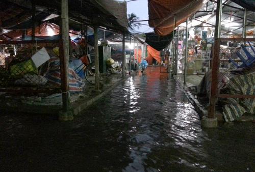 Nhiều tuyến phố như Phạm Văn Đồng, Phạm Hùng, Nguyễn Xiển và một số điểm trên địa bàn quận Hoàng Mai bị ngập. Ảnh chụp tại chợ Bằng A, chiều tối nay. Ảnh: Bá Đô