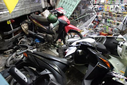 Những xe máy trong cửa hàng bị xe tải cán hư hỏng. Ảnh: An Nhơn