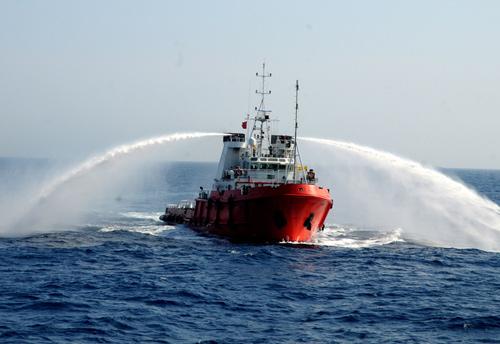 Một tàu đầu kéo của Trung Quốc mở vòi rồng chĩa ra hai bên khi tiến sát các tàu cảnh sát biển và kiểm ngư Việt Nam làm nhiệm vụ tuyên truyền, yêu cầu Trung Quốc rút giàn khoan Hải Dương 981 cùng tàu hộ tống ra khỏi vùng đặc quyền kinh tế của Việt Nam.