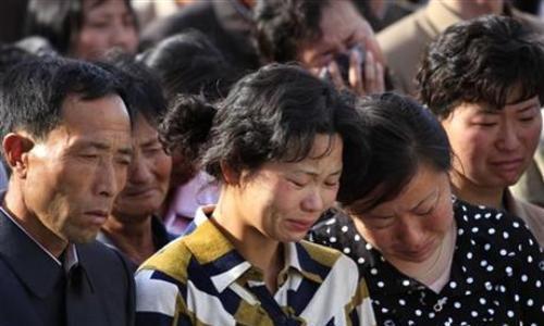 Gia đình các nạn nhân vụ sập nhà đau buồn khi nghe lời xin lỗi của chính quyền Triều Tiên. Ảnh: AP