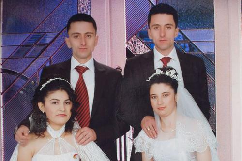 Ảnh cưới chung của anh emIsmail (trái)và Suleyman Cata. Ảnh: Mirror