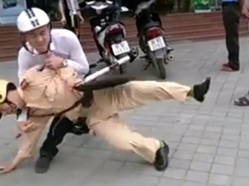 Gần đây liên tiếp xảy ra những vụ người vi phạm giao thông tấn công cảnh sát giao thông làm nhiệm vụ. Ảnh: Nam thanh niên ở TP. Thanh Hóa đã quật ngã và dùng gạch đập vào đầu một cảnh sát giao thông, ngày 10/5 vừa qua.