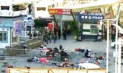 Vụ nổ khiến nhiều hành khách bị thương, hành lý vương vãi trên nền sân ga. Ảnh: SMCP