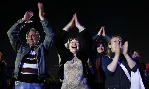 Người dân vùng Donetsk vui mừng sau khi kết quả cuộc trưng cầu được công bố. Ảnh: Reuters.