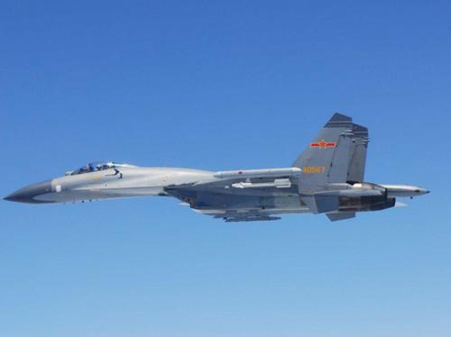 Chiến đấu cơ SU-27 của Trung Quốc bay trên biển Hoa Đông, ảnh do Bộ quốc phòng Nhật Bản cung cấp. Ảnh:Reuters