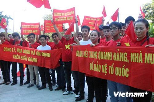 [Caption]Cùng ngày, đông đảo bà con cộng đồng người Việt Nam đang sinh sống, làm việc và học tập tại Malaysia đã tụ tập hòa bình bên ngoài Đại sứ quán Trung Quốc ở thủ đô Kuala Lumpur để phản đối Trung Quốc hạ đặt trái phép giàn khoan Hải Dương-981 trong vùng EEZ và thềm lục địa của Việt Nam.Đại diện cộng đồng người Việt Nam tại Malaysia đã đến Đại sứ quán Trung Quốc trao Kháng nghị thư nêu rõ việc Trung Quốc hạ đặt giàn khoan Hải Dương-981 tại vị trí cách bờ biển Việt Nam chỉ khoảng 120 hải lý vi phạm nghiêm trọng UNCLOS và DOC mà Trung Quốc là một bên tham gia ký kết. kêu gọi các quốc gia ở Đông Nam Á cũng như các quốc gia trên toàn thế giới hãy đồng hành cùng người dân Việt Nam trong nỗ lực vì hòa bình và thịnh vượng chung.