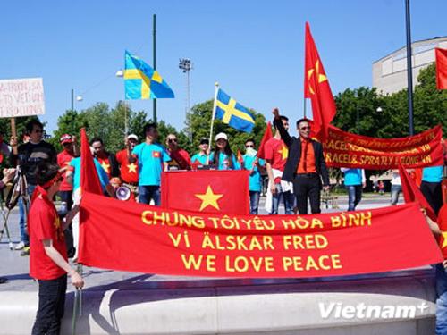 Hoạt động biểu tình cũng lan tỏa racộng đồng người Việt Nam tại Thụy Điển đã tập trung tại quảng trường Triangeln, trung tâm thành phố Malmo ở phía Nam Thụy Điển, để tuần hành phản đối hành động của Trung Quốc.Khoảng 400 người Việt Nam từ Malmo và nhiều thành phố khác, đặc biệt là các thành phố phía Nam nơi có đông người Việt đang học tập, làm ăn, sinh sống đã tập trung biểu tình phản đối các hoạt động bành trướng của Trung Quốc ở Biển Đông.Để bày tỏ tình đoàn kết và ủng hộ nhân dân Việt Nam trong cuộc đấu tranh chính nghĩa chống lại các hành vi ngang ngược, sai trái của Trung Quốc, Đảng Cộng sản Thụy Điển tại khu vực Malmo cũng đã cử đại diện tới tham gia cuộc biểu tình.Kết thúc biểu tình, ban tổ chức đã thu thập chữ ký của bà con người Việt và người dân sở tại để gửi kèm thỉnh nguyện thư đến Chính phủ, Bộ ngoại giao Thụy Điển và Liên minh châu Âu (EU) để phản đối Trung Quốc.