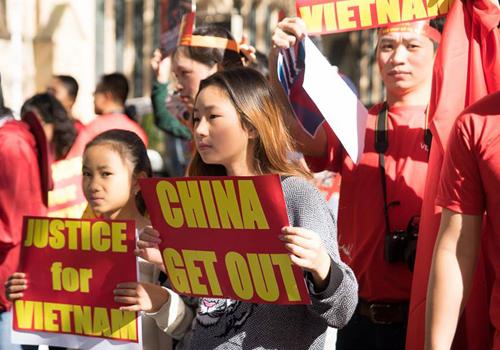 [Caption]đại diện BTC khác cho biết rằng, để nhận được sự ủng hộ từ các quốc gia khác và chứng minh rằng Việt Nam không cô đơn trong bất kỳ cuộc chiến nào, chúng ta cần cố gắng mang sự thật ra với thế giới càng nhiều càng tốt.Trước cuộc biểu tình ngày 25/5, cộng đồng sinh viên Việt Nam tại Sydney đã ra tuyên bốphản đối hành vi đặt giàn khoan trái phép và cho tàu quân sự gây hấn của Trung Quốc, yêu cầu Trung Quốcrút giàn khoan Hải Dương 981 cùng các tàu hộ tống ra khỏi vùng biển Việt Nam ngay lập tức và vô điều kiện. Tuyên bố cũng kêu gọi cộng đồng thế giới yêu chuộnghòa bình lên tiếng phản đối hành động phi pháp của chính phủ Trung Quốc và ủng hộ cho các nỗ lực hướng tới một Biển Đông hòa bình, ổn định và hợp tác.