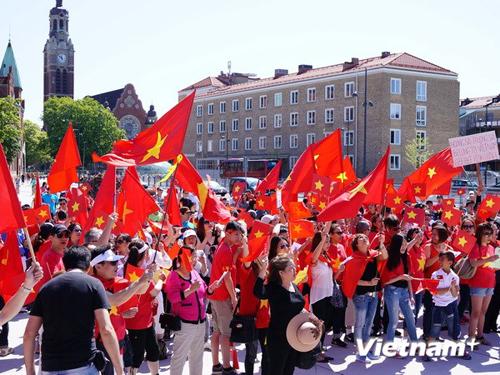 [Caption] Kết thúc biểu tình, ban tổ chức đã thu thập chữ ký của bà con người Việt và người dân sở tại để gửi kèm thỉnh nguyện thư đến Chính phủ, Bộ ngoại giao Thụy Điển và Liên minh châu Âu (EU) để phản đối Trung Quốc.