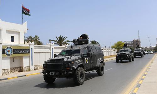 Lực lượng an ninh Libya tuần tra quanh khu vực tòa nhà quốc hội. Ảnh: Reuters.