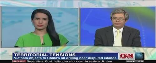 Thứ trưởng Phạm Quang Vinh hôm qua trả lời biên tập viênKristie Lu Stout trên kênh CNN. Ảnh chụp màn hình: CNN