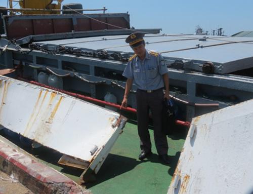 Cán bộ Cục Kiểm ngư kiểm tra hư hỏng thiệt hại của tàu KN 629. Ảnh do Cục kiểm ngư cung cấp.