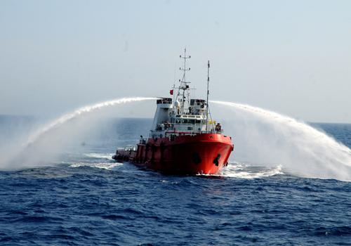 tàu đầu kéo của Trung Quốc mở vòi rồng chĩa ra hai bên khi tiến sát các tàu cảnh sát biển và kiểm ngư Việt Nam làm nhiệm vụ tuyên truyền, yêu cầu Trung Quốc rút giàn khoan Hải Dương 981