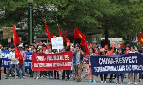 : Thanh niên du học sinh Việt Nam biểu tình phản đối Trung Quốc ở Washignton DC ngày 18 tháng 5 năm 2014. ảnh Kevin Penn.