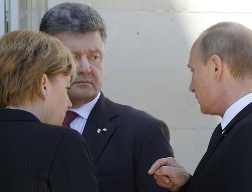 Thủ tướng Đức Angela Merkel (trái),Tổng thống Ukraine Petro Poroshenko và Tổng thống Nga Vladimir Putin hôm nay trò chuyện tại Pháp. Ảnh: AP