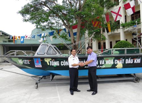 Thiểu tướng Đinh Gia Thật, Chuẩn đô đốc, Chính ủy Quân chủng Hải quân Việt Nam thay mặt Quân chủng tiếp nhận xuồng Trường Sa CQ-01 do PVFCCo trao tặng cho bộ đội huyện đảo Trường Sa.