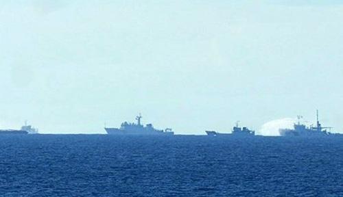 Tàu Trung Quốc hoạt động trái phép trên vùng biển Việt Nam liên tục vây ép, phun nước về phía tàu chấp pháp của Việt Nam. (Ảnh: Sơn Bách/Vietnam+)