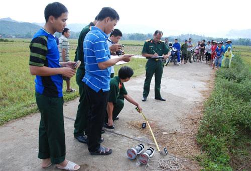 Lực lượng chức năng có mặt tại nơi các chiến sĩ bị sét đánh để lập hồ sơ. Ảnh: Phong Vũ.