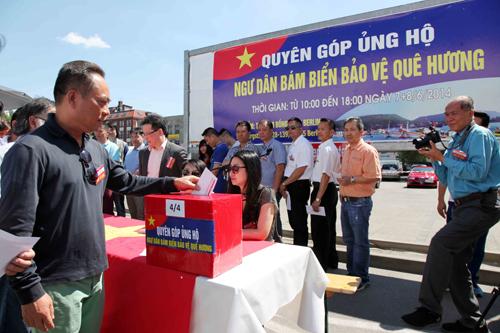 [Caption]Ông Nguyễn Văn Hiền, Tỏ giám đóc TTTM Đòng Xuân ủng hộ ngay tại chỗ 10 nghìn Eurô
