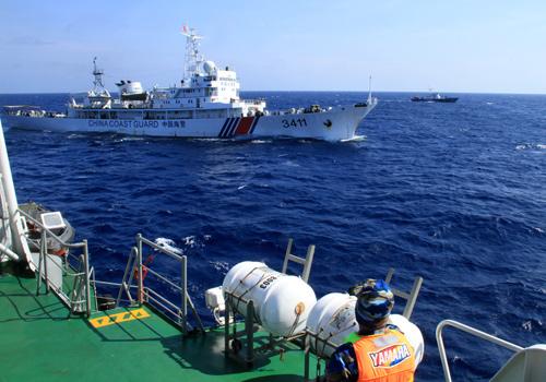 Tàu Trung Quốc liên tiếp tiến lại gần và uy hiếm tàu chấp pháp của Việt Nam gần khu vực nước này hạt đặt trái phép giàn khoan Hải dương 981. Ảnh: Nguyễn Đông