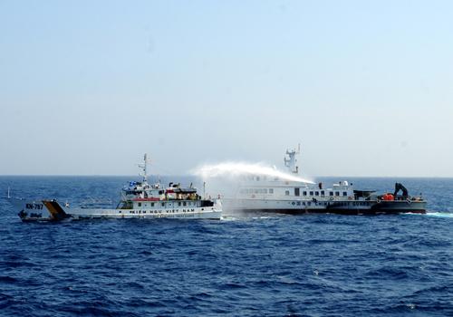 Tàu Trung Quốc hung hăng phun vòi rồng tấn công tàu Việt Nam. Ảnh: Nguyễn Đông.