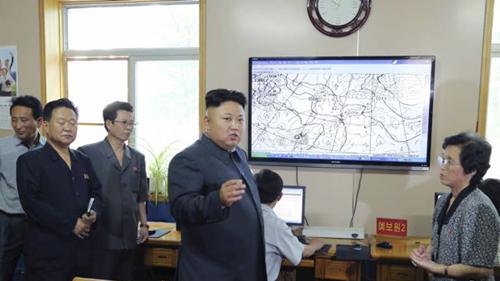 Kim Jong-unthăm Trung tâm Khí tượng Thủy văn Triều Tiên. Ảnh: Reuters