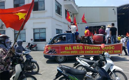 Công nhân biểu tình phản đối Trung Quốc ở Quỳnh Phụ, Thái Bình ngày 14/5 vừa qua.Ảnh: Petrotimes