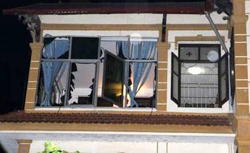 Cửa kính của ngôi nhà bên đường bị vỡ tung, tường bị nứt. Ảnh: Báo Bắc Giang