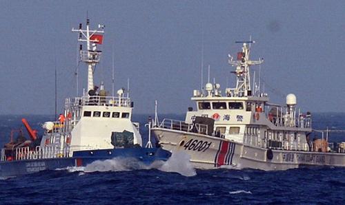 Tàu Trung Quốc vây ép, chặn đầu, khóa đuôi tàu Cảnh sát biển. Ảnh: Canhsatbien.