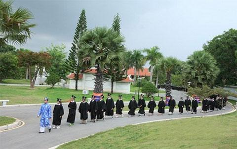Lễ dâng hương của học sinh lớp 12 tại Khu truyền thống - dã ngoại SIU.